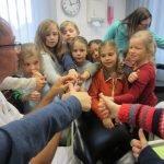 Kinder prüfen Bohrer mit Daumen